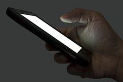 Smartphone di tenuta destro piacevole alla notte Immagini Stock Libere da Diritti