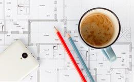 Smartphone dibujó a lápiz una taza de café en el proyecto Imágenes de archivo libres de regalías