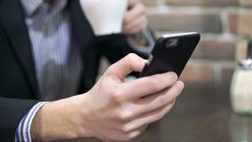 Smartphone die in de hand, gezoem houden stock footage
