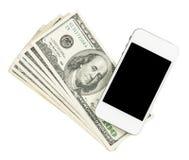 Smartphone die op de dollars van Verenigde Staten liggen die, op een whi worden geïsoleerd Stock Afbeeldingen