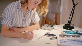 Smartphone die van de vrouwenkunstenaar cre?rend kunstwerk schetst stock videobeelden