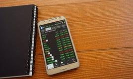 Smartphone die VASTGESTELDE beursindex tonen stock afbeelding