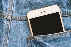 Smartphone dietro al tralicco del blu della tasca Immagine Stock