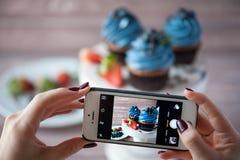 Smartphone disparou na foto do alimento - sobremesa com bagas Imagens de Stock Royalty Free