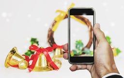 Smartphone disponível com tela vazia, com o ornamento das decorações do Natal Imagem de Stock Royalty Free