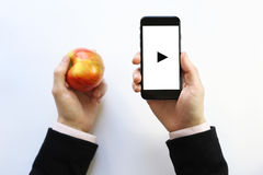 Smartphone a disposición Jugar Fotos de archivo libres de regalías