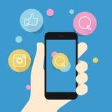 Smartphone a disposición e iconos sociales Fotos de archivo libres de regalías