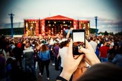 Smartphone ? disposition Photographie au festival de musique d'?t? photographie stock