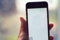 Smartphone a disposizione - la gente e concetti di tecnologia immagini stock libere da diritti