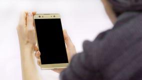 Smartphone a disposizione, ` s della donna fotografia stock libera da diritti