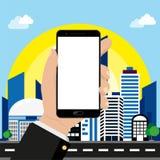Smartphone a disposizione sul fondo di paesaggio urbano illustrazione vettoriale
