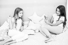 Smartphone dla rozrywki Dzieciaki bierze fotografii mknącego wideo Smartphone fotografii pojęcie Dziewczęcy czas wolny piżamy prz obraz royalty free