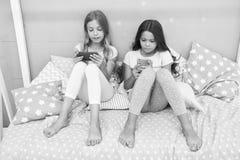 Smartphone dla rozrywki Dzieciaki bierze selfie Smartphone zastosowania pojęcie Dziewczęcy czas wolny piżamy przyjęcie giro fotografia royalty free