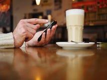 Smartphone do café Fotografia de Stock Royalty Free