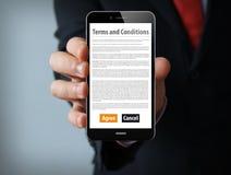 smartphone do homem de negócios dos termos e condições Imagem de Stock Royalty Free