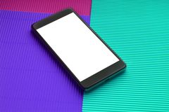 Smartphone do modelo da vista superior contra o fundo multicolorido na moda fotografia de stock royalty free