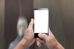 Smartphone do passeio e do uso Fotografia de Stock Royalty Free