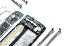 Smartphone do reparo do conceito - peças de dispositivos digitais com ferramentas Fotografia de Stock Royalty Free