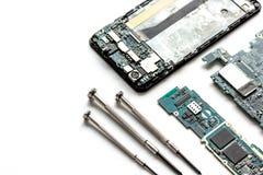 Smartphone do reparo do conceito - peças de dispositivos digitais com ferramentas Imagens de Stock