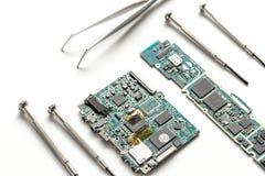 Smartphone do reparo do conceito - peças de dispositivos digitais com ferramentas Foto de Stock