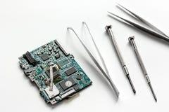 Smartphone do reparo do conceito - peças de dispositivos digitais com ferramentas Foto de Stock Royalty Free