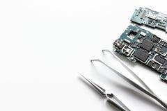 Smartphone do reparo do conceito - peças de dispositivos digitais com ferramentas Imagem de Stock
