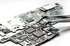 Smartphone do reparo do conceito - peças de dispositivos digitais com ferramentas Fotos de Stock Royalty Free