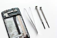 Smartphone do reparo do conceito - peças de dispositivos digitais com ferramentas Fotos de Stock