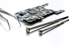 Smartphone do reparo do conceito - peças de dispositivos digitais com ferramentas Imagens de Stock Royalty Free