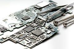 Smartphone do reparo do conceito - peças de dispositivos digitais com ferramentas Imagem de Stock Royalty Free