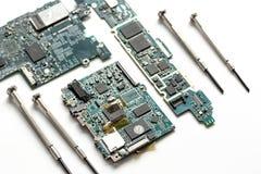 Smartphone do reparo do conceito - peças de dispositivos digitais com ferramentas Fotografia de Stock