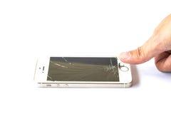 Smartphone do toque do dedo da mão quebrado no fundo branco Fotos de Stock