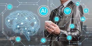 Smartphone do uso do homem de negócios com ícones do AI junto com o technolog