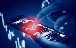 Smartphone do uso do homem de negócios que troca o móbil em linha da tela dos dados da placa dos estrangeiros ou do mercado de bo fotografia de stock