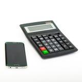 Smartphone e calcolatore sui precedenti bianchi Immagini Stock