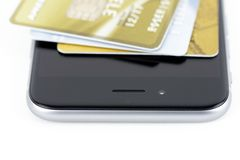 Smartphone e carte di credito fotografie stock