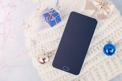 Smartphone e chapéu do inverno no fundo branco Fotos de Stock
