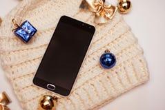 Smartphone e chapéu do inverno no fundo branco Fotografia de Stock Royalty Free