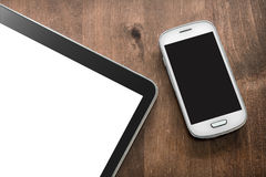 Smartphone e compressa su una Tabella del salone Immagini Stock Libere da Diritti