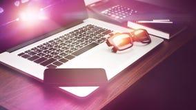 Smartphone e computer portatile del computer sullo scrittorio fotografia stock
