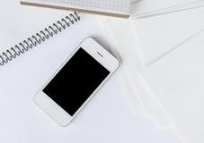 Smartphone e Livro Branco limpo Imagem de Stock