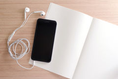 Smartphone e nota Imagem de Stock Royalty Free