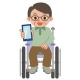 Smartphone e sedia a rotelle degli uomini senior Immagini Stock