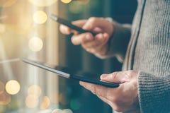Smartphone e sincronização dos dados da tabuleta, arquivos syncing do homem fotos de stock royalty free