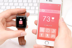 Smartphone e smartwatch que compartilham de dados da saúde Imagem de Stock