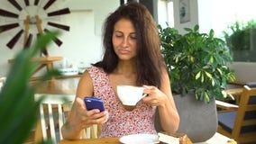 Smartphone e sorriso di uso della ragazza Chiacchierando con l'amico archivi video