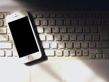 Smartphone e tastiera Fotografia Stock Libera da Diritti