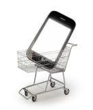 Smartphone in een boodschappenwagentje Stock Foto's