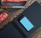 Smartphone egzamin próbny dalej kitxhen stół Obraz Stock
