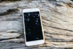 Smartphone em de madeira foto de stock
